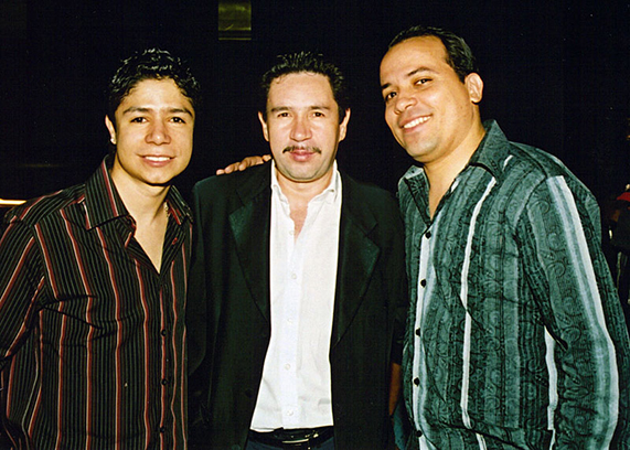 Leo-&-vocalistas-Gigantes.jpg