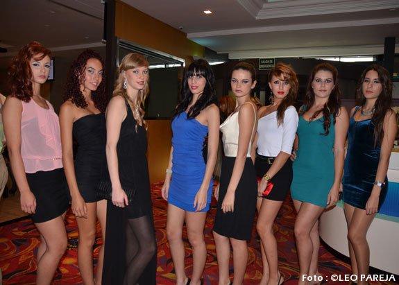 Bellas modelos exhiben joyas en desfile