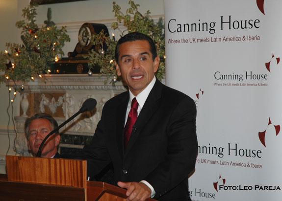 Alcalde latino de Los Angeles habló con la comunidad