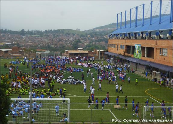 Con fútbol se forman jóvenes en barrios marginados de Medellín