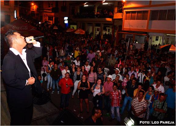 El Chico Jaramillo rodeado de artistas en Santuario Risaralda