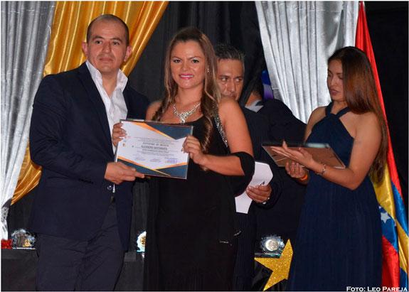 La cantante colombiana Alejandra Santamaría recibe 'Diploma de Honor' en gira europea